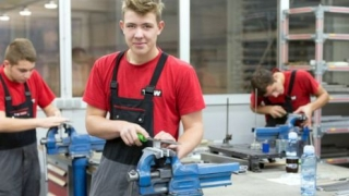 Salariu mimin pe economie pentru ucenicii angajaţi după terminarea studiilor