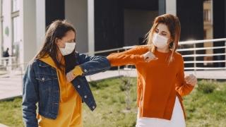 Salutul prin atingerea cotului este nesigur în pandemie