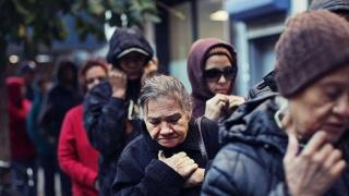 Patru milioane de români, săraci lipiți pământului