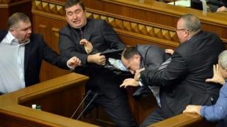 Mai mulţi deputaţi s-au luat la pumni în Parlamentul Ucrainei