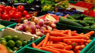 S-au scumpit fructele şi legumele. Mărfurile nealimentare şi serviciile s-au ieftinit