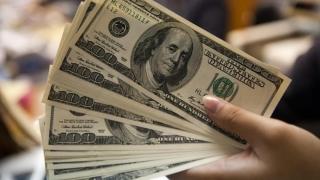 Dolarul a scăzut pentru a treia zi consecutiv