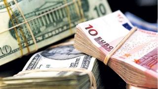 Dolarul crește, euro continuă să scadă