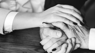 Serviciile funerare te ajută să treci mai ușor peste suferința provocată de pierderea unei persoane dragi. Ce avantaje îți oferă