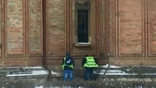 Angajaţi MAI, surprinşi facându-și nevoile pe Biserica Kretzulescu