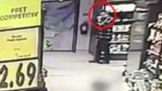 Înregistrare video cu un bărbat care plasează un șobolan într-o vitrină a unui magazin Kaufland