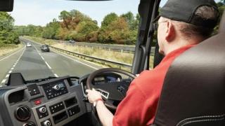 Șoferii începători prinși că folosesc telefonul la volan rămân pe loc fără permis