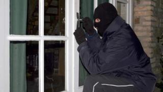 Spărgători de locuințe băgați la zdup