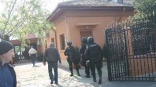 Bătăușii din Medeea duși la Parchet cu mandat și forțe speciale