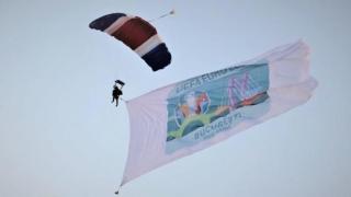 """Steagul """"București EURO 2020"""" a aterizat pe Aeroportul Băneasa"""
