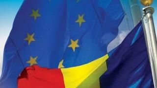 Steagurile României și UE, precum și logo-ul oficial al președinției rotative, proiectate pe clădirea Palatului Victoria