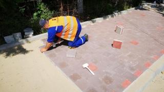 Se reamenajează trotuarele de pe strada Unirii din Constanța