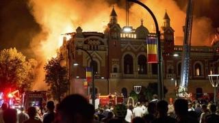 Superbă clădire de patrimoniu în flăcări! Preoţii au dechis biserica şi s-au rugat pentru pompieri!