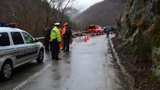 Traficul spre Transalpina se desfăşoară cu restricţii, după ce drumul s-a surpat