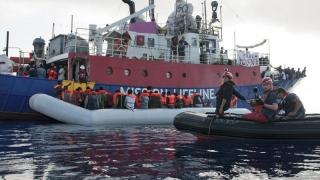 Sutele de suflete ce plutesc pe Lifeline, gonite de Italia, salvate de Malta?