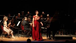 Tânăra pianistă Sabina Oprea, întâmpinată cu aplauze și flori la revenirea acasă