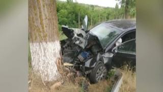 Tânăr în stare gravă, după ce a intrat cu maşina într-un copac