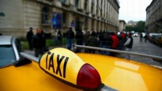 Taximetrist lovit în cap cu pistolul de doi clienți