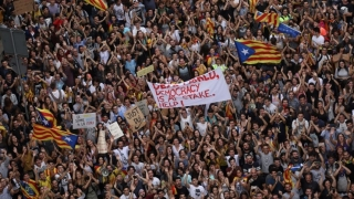 Tensiune accentuată în Spania. Zeci de manifestanți, în sprijinul polițiștilor spanioli
