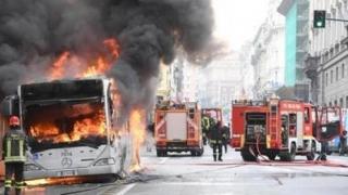 Teroare la Milano! Autobuz plin cu copii, incendiat de un individ de origine senegaleză