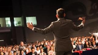 Ți-e frică să vorbești în public? Glosofobia se tratează!