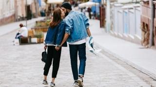 Două treimi din tinerii români se îndrăgostesc în vacanțe