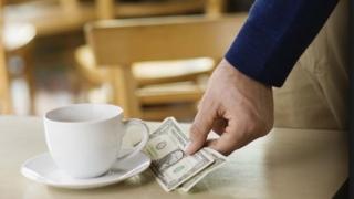 Patronii de localuri cer ca bacşişul lăsat ospătarilor să apară pe bonul fiscal