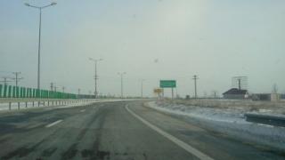 Carambol cu trei maşini pe Autostrada Soarelui! Un TIR a derapat