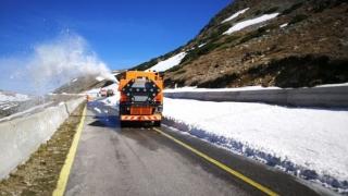 Drumarii deszăpezesc Transalpina. Când ar putea fi reluată circulaţia