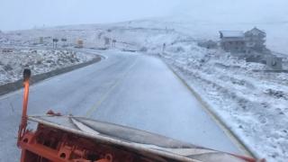 Maşini și turiști blocați pe Transalpina din cauza zăpezii