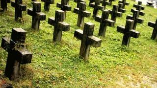 Trei americani căutau un cimitir şi acum au dosar penal în România