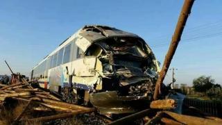 A intrat cu camionul în tren. S-a-ntâmplat în România!