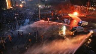 Uz de gaze și tunuri cu apă pentru ca poliția turcă să pătrundă în sediul unui ziar