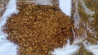 Opt persoane reținute și aproximativ 100 kg de tutun confiscate, în urma unor percheziții