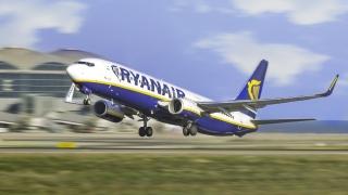 Un avion Ryanair a aterizat de urgenţă după ce a fost escortat de avioane de luptă ca urmare a unui bilet găsit în toaletă