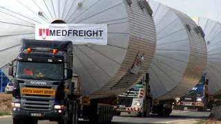 Un transport agabaritic cu lăţime de 6 m străbate Constanţa!