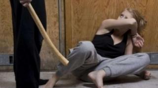 Bărbat evacuat din locuință pentru că-și agresa concubina