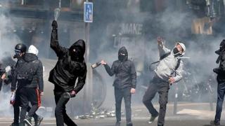 Paris, devastat de protestele violente. Franța, gata să instaureze starea de urgență