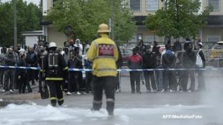 Mașini incendiate și ciocniri violente între poliție și zeci de tineri, în Stockholm