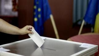 Cinci municipii, nouă oraşe şi 35 de comune îşi aleg duminică primarii
