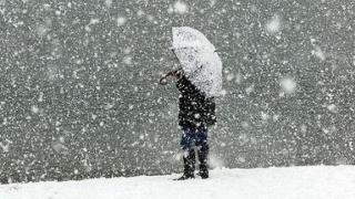 Ninsori și viscol la munte, precipitații mixte și vânt puternic în rest