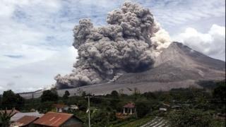 Sate îngropate în cenușă fierbinte, în urma unei erupții vulcanice