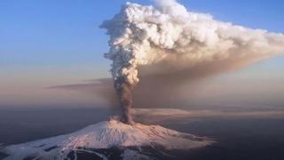 Vulcanul Etna erupe din nou! Imagini spectaculoase