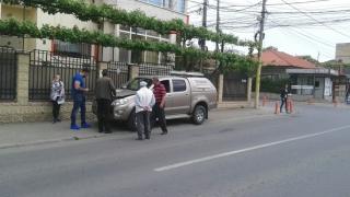 Impact în intersecție! Două mașini sunt avariate!