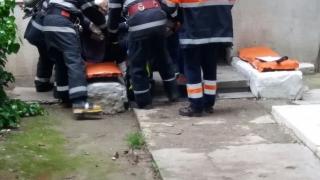 Pompierii constănțeni, în alertă! Bătrână scoasă dintr-un apartament din care ieșea fum!