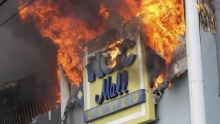 TRAGEDIE la mall: Zeci de morți în urma unui incendiu cumplit!