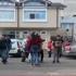 O adolescentă a fost luată la pumni şi târâtă pe jos, chiar în fața liceului