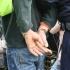 Bătut de trei suspecți pe care i-a prins la furat