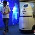 Pe unul din terminalele aeroportului din orașul Shenzhen patrulează roboți