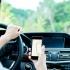 În timpul condusului, șoferii nu mai au voie nici să atingă telefonul